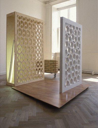 Meeting, 2002. Hvid Carrara marmor, finér, imiteret parketgulv, stål, lystofrør,     mursten og hjul. Foto: Lene Desmentik    200 x 200 x 250 cm.