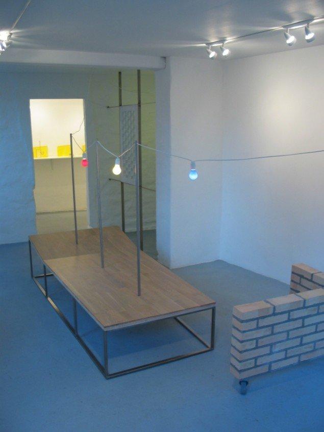 Between Wall and Wildernes, 2006. Fra udstillingen Grænseland. Egeparket,     stål, kulørte pærer, hvid Carrara marmor, mursten, hjul. Mål: variable. Foto:     Lene Desmentik