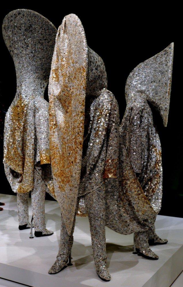 Draperinger og påsatte selvstændige stativkonstruktioner peger hver især på formgreb fra moden. Foto: Henrik Svaneberg Christiansen