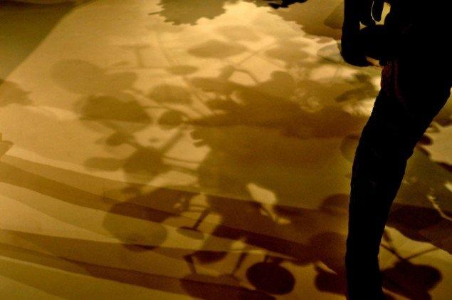 På Jagt efter hver eneste æstetiske detalje, forvandler stativet sig til lys og skygge på catwalkens hvide gulv. Foto: Henrik Svaneberg Christiansen