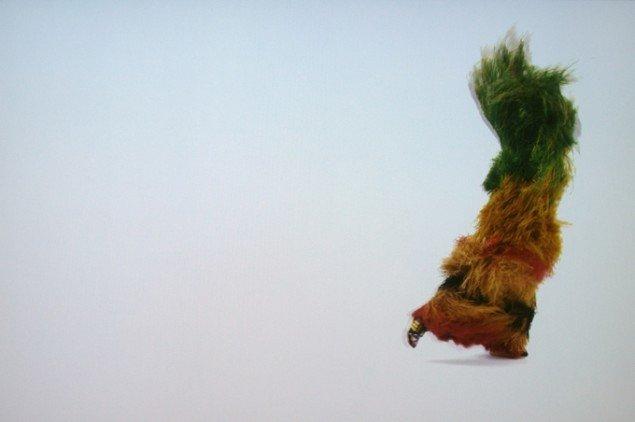 I en af filmsekvenserne springer farverige viltre væsener rundt, som levende børster fra en bilvask, swush swush – som store legende orangutanger – swush swush – lyden står tilbage længe efter –swush. Foto: Henrik Svaneberg Christiansen