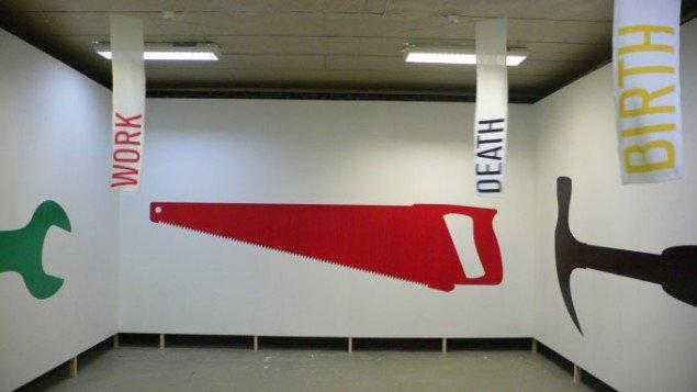 Vue over tre af udstillingens fire vægge og flag. Foto: Kim Grønborg