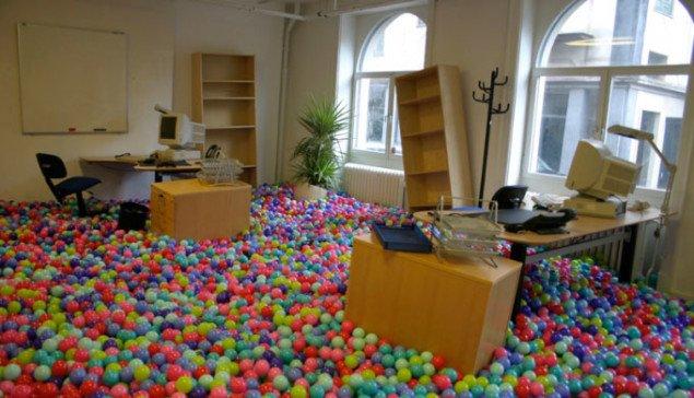 Theis Wendt: Untitled Scenario, 2008. Foto: Anders Sune BergWendt har skabt et kontorlandskab, hvor kontorets blinde repetition og hverdagskedsomhed får en kulørt plastickugle lige i fjæset.