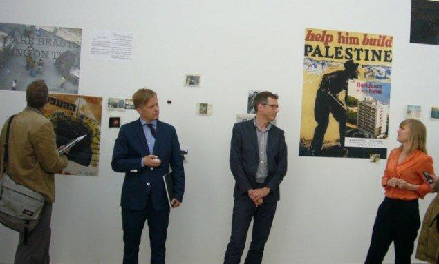 Cecilie Høgsbroe Østergaard forklarer udstillingens form og sammensætning under pressemødet, hvor også Jacob Fabricius og Mikkel Bogh kunne danne fælles front. (Foto: KUNSTEN.NU)