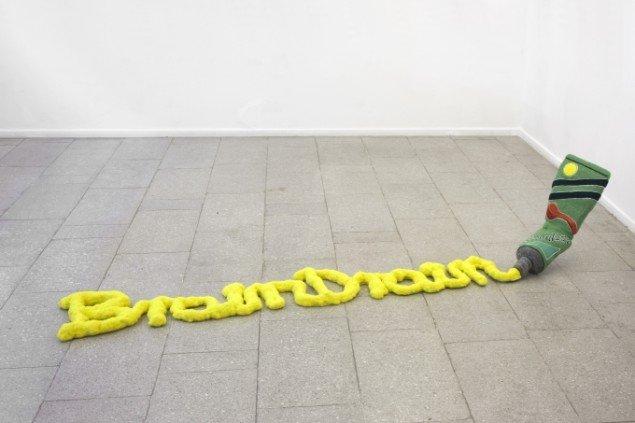 Andreas Schulensburgs BrainDrain, 2013.  Filt, polystyrene, PU foam, 35 x 210 x 70 cm. Foto: Erling Lykke Jeppesen