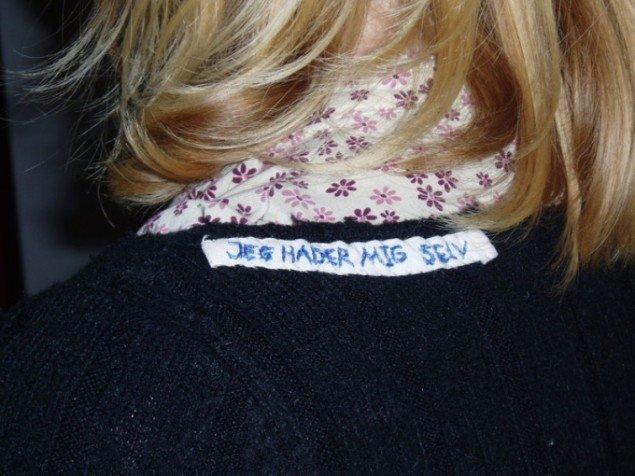 Markader på mit tøj, Gudrun Hasle, 2005-2008. Pressefoto Gl. Holtegaard.