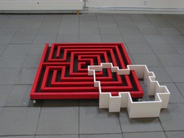 Lene Desmentik: Magtstruktur, (2013), Støbeplade, bemalet skillerumslægte, hjul, legoklodser, 20 x 140 x 155 cm. (Foto: Lene Desmentik)