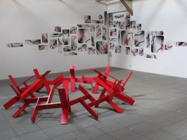 Udstillingsview: Forrest  Lene Desmentiks Dance of the Puppets, (2013). På væggen Peter Chr. Petersens Spartan vulvanetics, (2013). (Foto: Lene Desmentik)