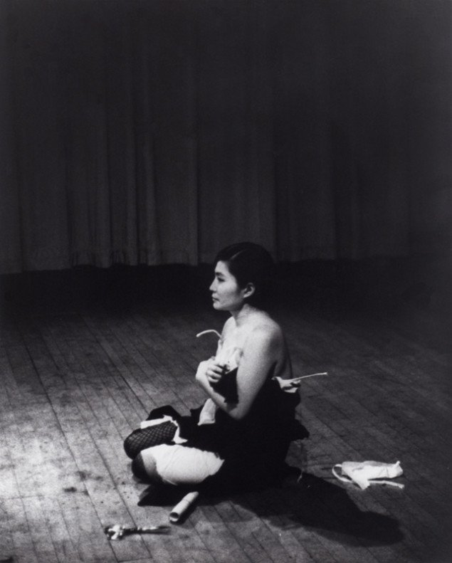 Yoko Ono: Cut Piece, 1965. Performance, Carnegie Recital Hall, New York, 1965. Foto: Minoru Niizuma