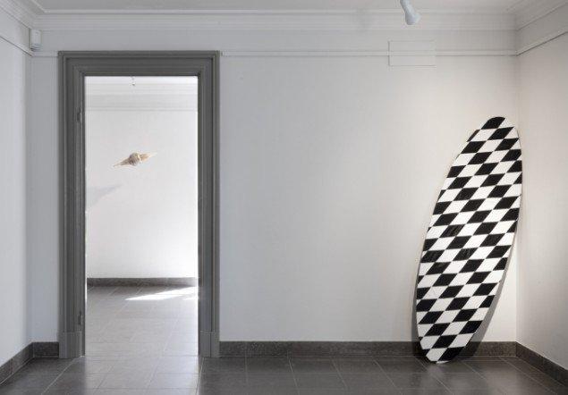 Louise Sparre: Surf Board, 2013, 160x60 cm. Krydsfiner, læder og silke. Foto: Lea Nielsen