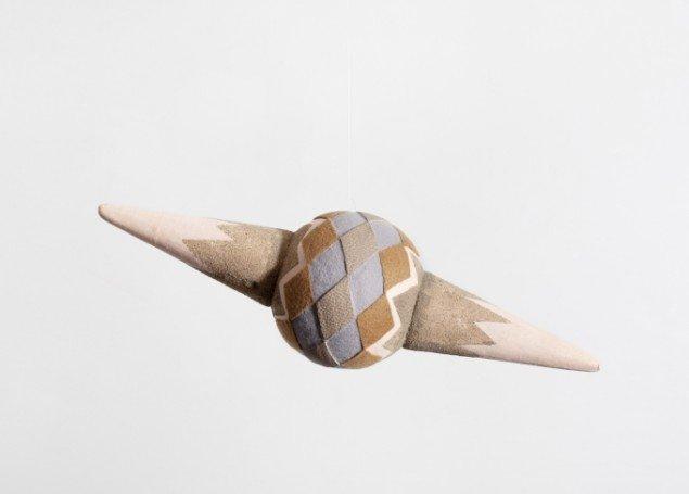 Louise Sparre: Satelite, 2012, 38x18x18 cm. Flamingo, akryl, sand, glimmer, læder og filt. Foto: Lea Nielsen