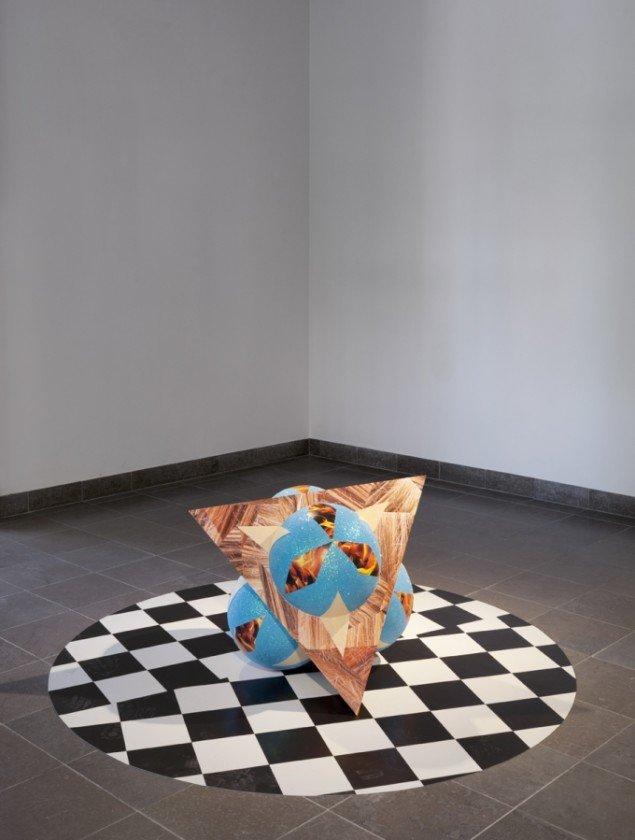 Louise Sparre: Kalejdoskop, 2013, 75x75x75 cm. Krydsfiner, flamingo, laserprint, filt og glimmer. Foto: Lea Nielsen