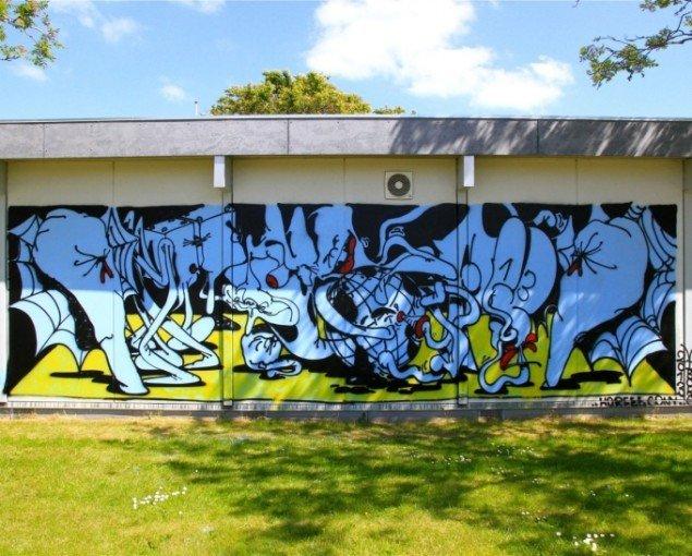 Horfe på den lokale skole, der havde stillet sine mure til rådighed. Foto: Henrik Haven.