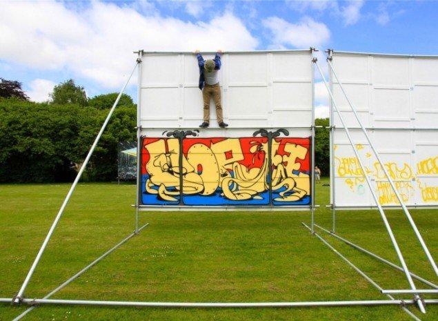 Horfe hænger ud på bagsiden af sit billboard. Foto: Henrik Haven.