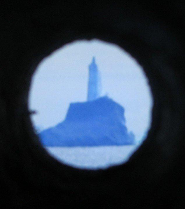 AK Dolvens Liberty skal betragtes gennem kighuller i en væg. Foto: Ole Bak Jakobsen