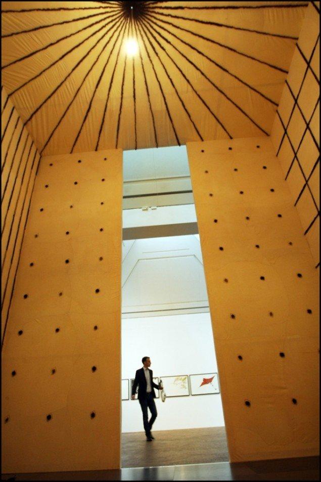 Nils Erik Gjerdevik: Fur Space, 3,6x3,6x4,2 m, blandede materialer. Foto: Jens Morten