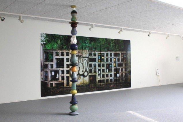 Kerstin Stoll: Vintertjeneste for en ukendt Kunstner. (Winterdienst für einen unbekannten Künstler). 2011/13. Installation. Inkjetprint, glaseret keramik. Foto: Thomas Wolsing
