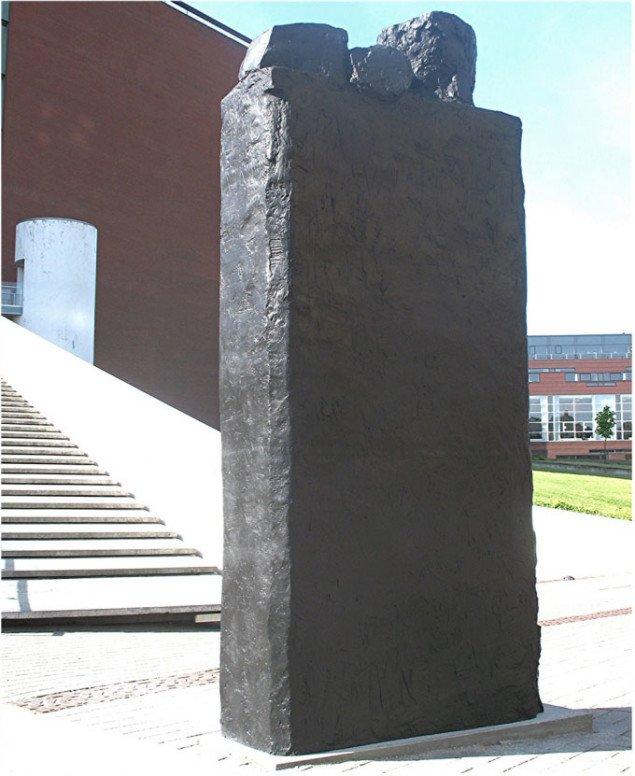 Skulpturen nedenfor trappen til kunstens hellige haller. Foto: Lars Svanholm.