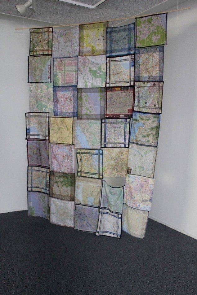 Mette Kit Jensen: Flâneuse, Museé de l'Europe. 2013. Tæppe af lommetørklæder påtrykt bykort fra hele verden. Foto: Thomas Wolsing