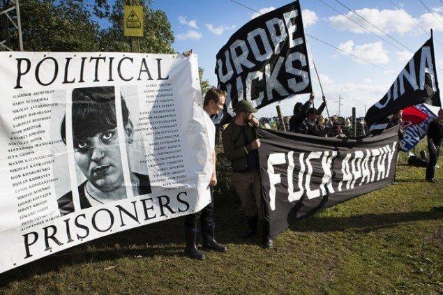 VOINAs aktion for politisk opvågning under åbningen af campingområdet, lørdag. (Foto: VOINA)