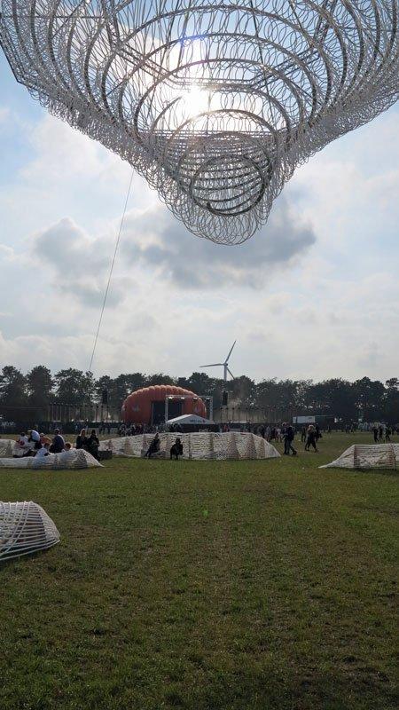 Lys-sidde-installation med Apollo-scenen i baggrunden. (Foto: Jenny Selldén)