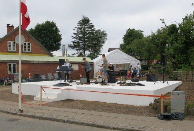 Et lokalt band spillede til indvielsen af værket. Foto: Presse