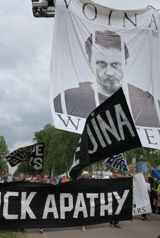 Festivalgæsterne blev hevet med i en parade.(Foto: Jenny Selldén)
