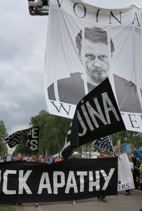 VOINA forsøgte med dårligt held at vække festivalgæsterne ved at tale om sig selv. (Foto: Jenny Selldén)