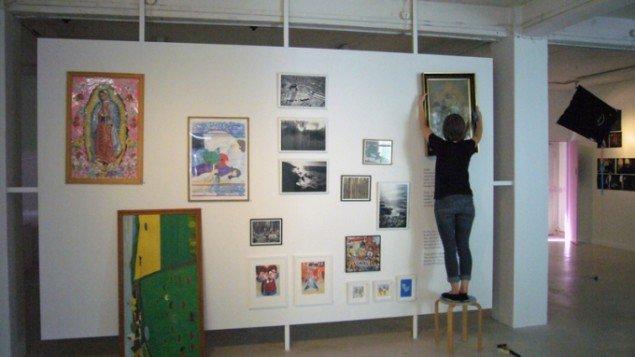 Katti Pärkson-Kull: Kunst fra kvarteret. Her hænger kunstneren de indtjente værker op. (Foto: Matthias Hvass Borello)