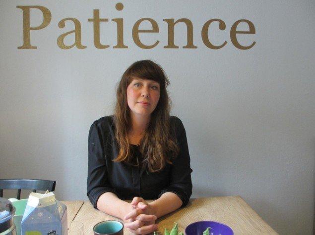 Line Sandvad Mengers. På væggen bag hendes eget biddrag til udstillingen: Patience. Foto: Ole Bak Jakobsen