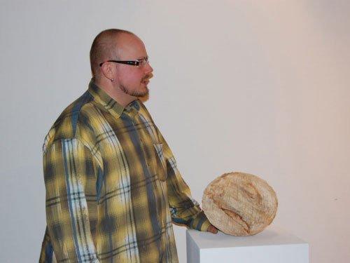 Jens Peder Skriver Eriksen med et værk af udstillingsaktuelle Alfred Haberpointner. Foto: Mette Harbo Lehmann