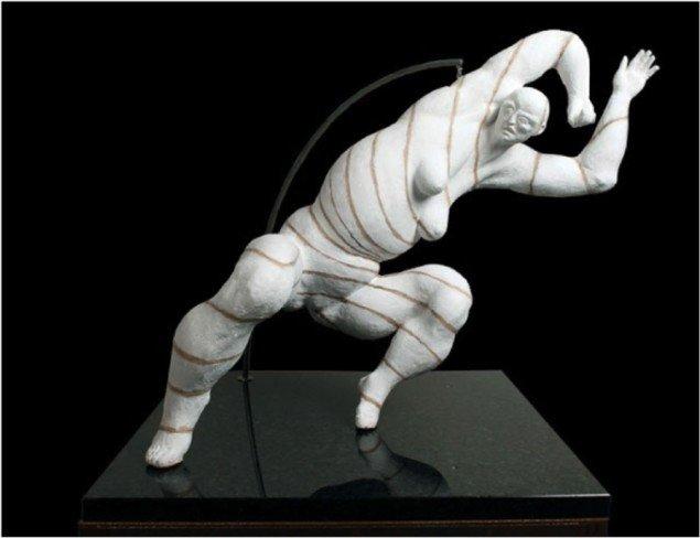 Skulpturen Det skal nok blive okay, er udformet i ler, der brændes og males. Benveniste leger med proportionerne i sine skulpturer, der ofte befinder sig i skæve og fritstående positioner