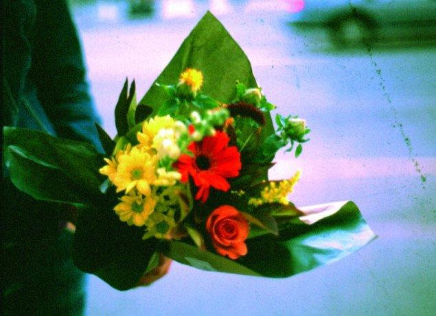 Blomsterbuketter som tilskyndelse til at komme hinanden ved. Foto: artillery