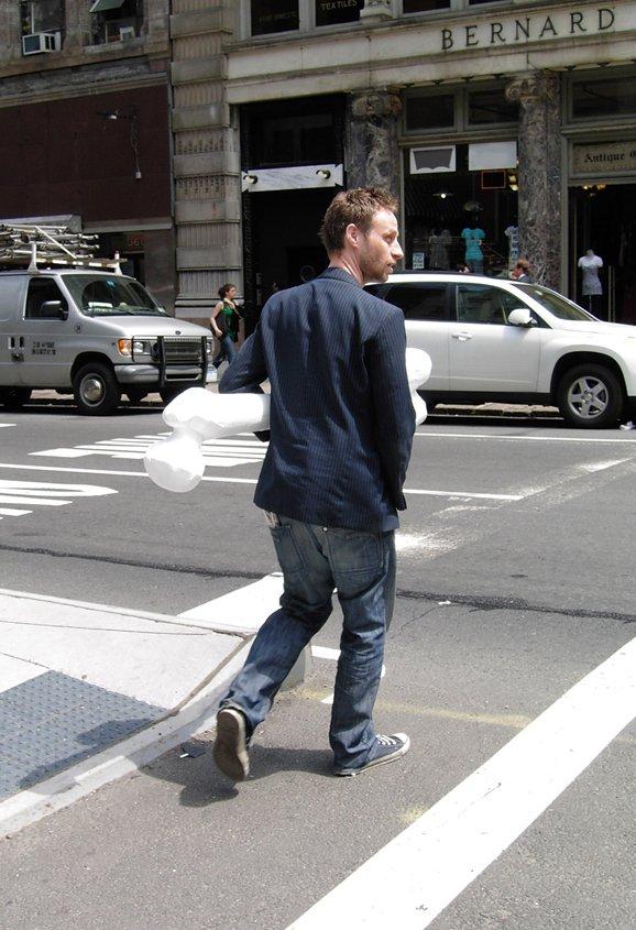 Papfar med knogle, Manhatten, New York 2008. Foto: Mikkel Amby
