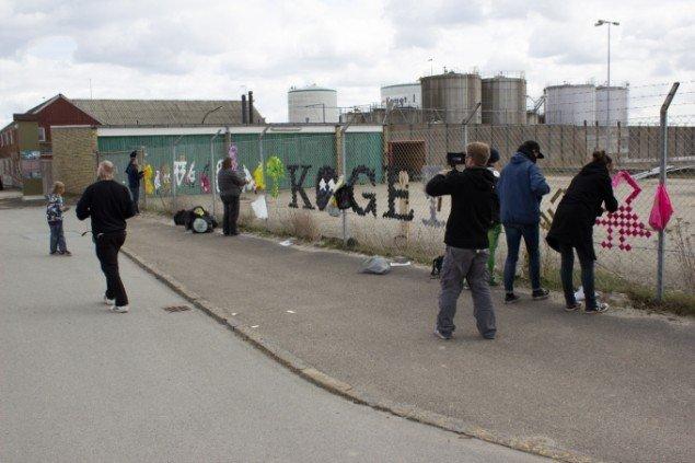 Posemanden og hjælpere fra DR Kunstklub fletter Poseflet Navneklud Køge, 2013. Foto Hans Peter Auken Beck