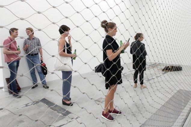 Der var strøm i hegnet i Ann Lislegaards installatioin Zone Of Fear på Galleri Nicolai Wallner. Foto: Carsten Nordholdt.
