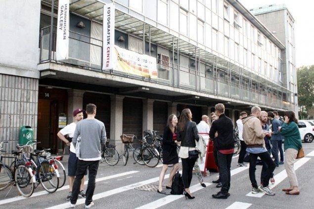 Folk strømmede til Pasturevej, hvor Fotografisk Center holdte særåbning og Henningsen Gallery indviede sine nye lokaler. Foto: Carsten Nordholdt.