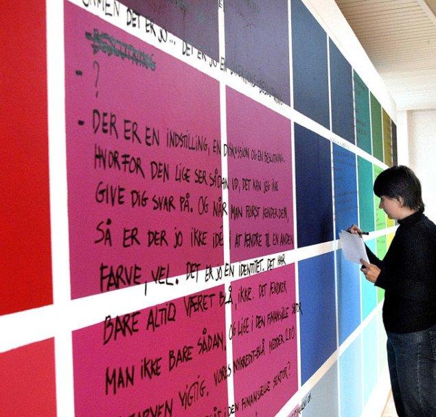 Katya Sander under installeringen af Nogle udsagn i forbindelse med en bank opstået fordi jeg gerne ville røre ved noget. Foto: Eigil Thomsen