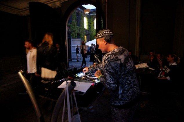 DJ's stod for at holde gårdspladsen varm under CHARTs opening party. (Foto: Carsten Nordholt)