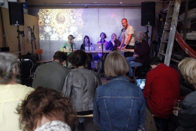 KUNSTEN.NU afholdte debat hver dag under messen. Søndag om kunst og vidensproduktion. (Foto: Carsten Nordholt)