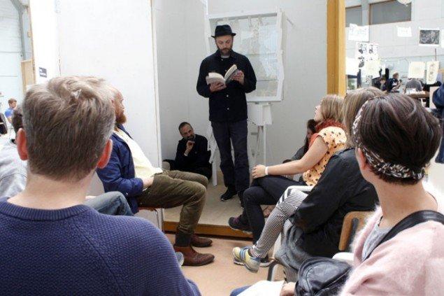 Oplæsning i Skovsnogen Art Space. (Foto: Carsten Nordholt)
