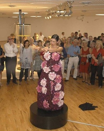 Lilibeth Cuencas Mis United under åbningen af biennalen. Foto: Eigil Thomsen