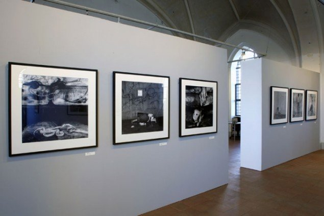 Installationsview, Roger Ballen: Retrospektiv, Nikolaj Kunsthal, 2013. (Foto: Carsten Nordholt)