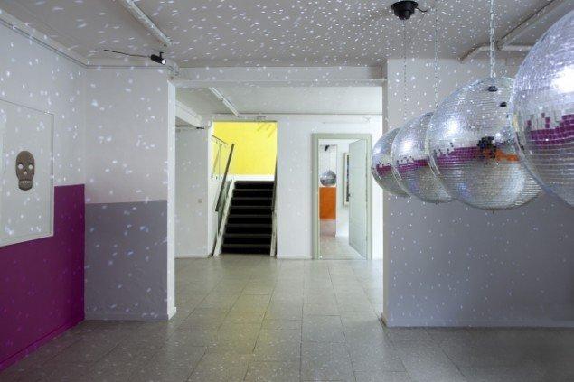 John M Armleder, Peter Holst Henckel og Yonatan Vinitsky: Enter Before You Leave, installationview. Foto: Erling Lykke Jeppesen