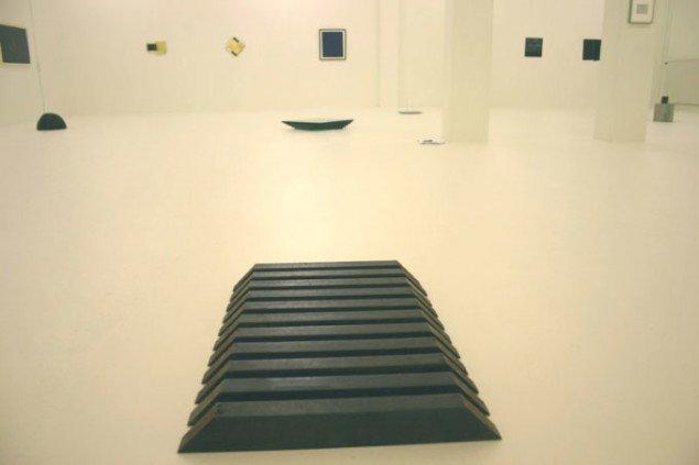 Udstillingsview med Richard Nonas: 'Untitled' (1980) i forgrunden.