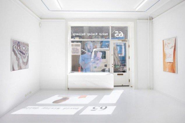 Charlie Woolley: Self Titled (window sticker) og Anna Bjerger: Go it Alone (malerier). Foto: Erling Lykke Jeppesen