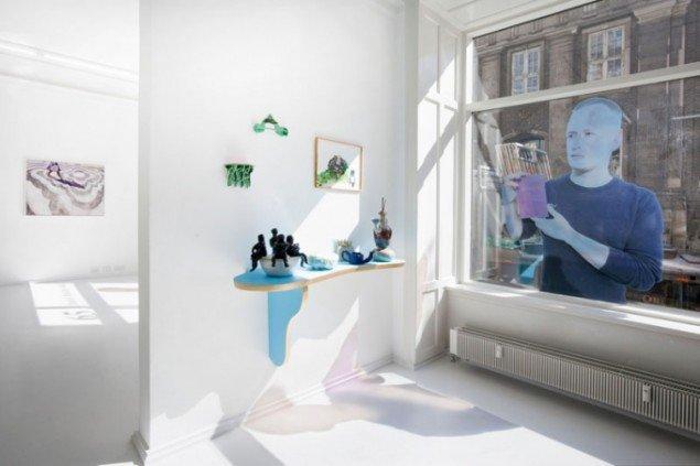 Charlie Woolley: Self Titled (window sticker), Anna Bjerger: Go it Alone (malerier) og Helen Frik: Frick Museum, Ceramics Wing (keramik). Foto: Erling Lykke Jeppesen