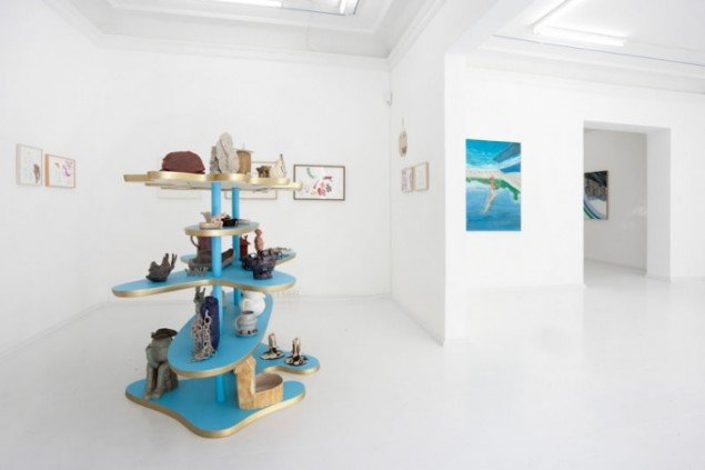 Helen Frik: Frick Museum, Ceramics Wing (keramik) og Anna Bjerger: Go it Alone (malerier). Foto: Erling Lykke Jeppesen