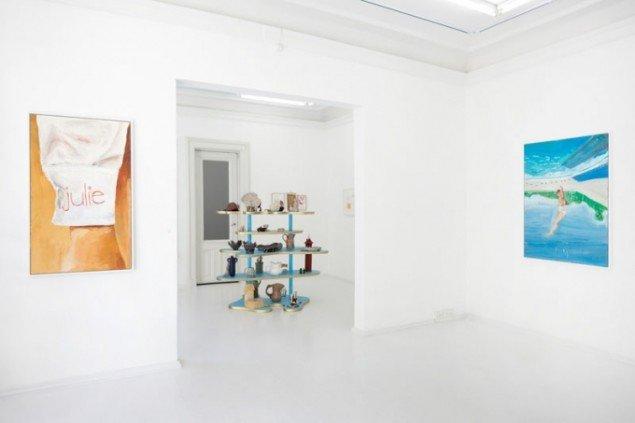 Anna Bjerger: Go it Alone (malerier) og Helen Frik: Frick Museum, Ceramics Wing (keramik). Foto: Erling Lykke Jeppesen