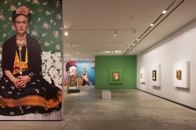Indgangen til udstillingen. Installationsview, Frida Kahlo – et liv i kunsten, ARKEN, 2013. (Foto: Anders Sune Berg)